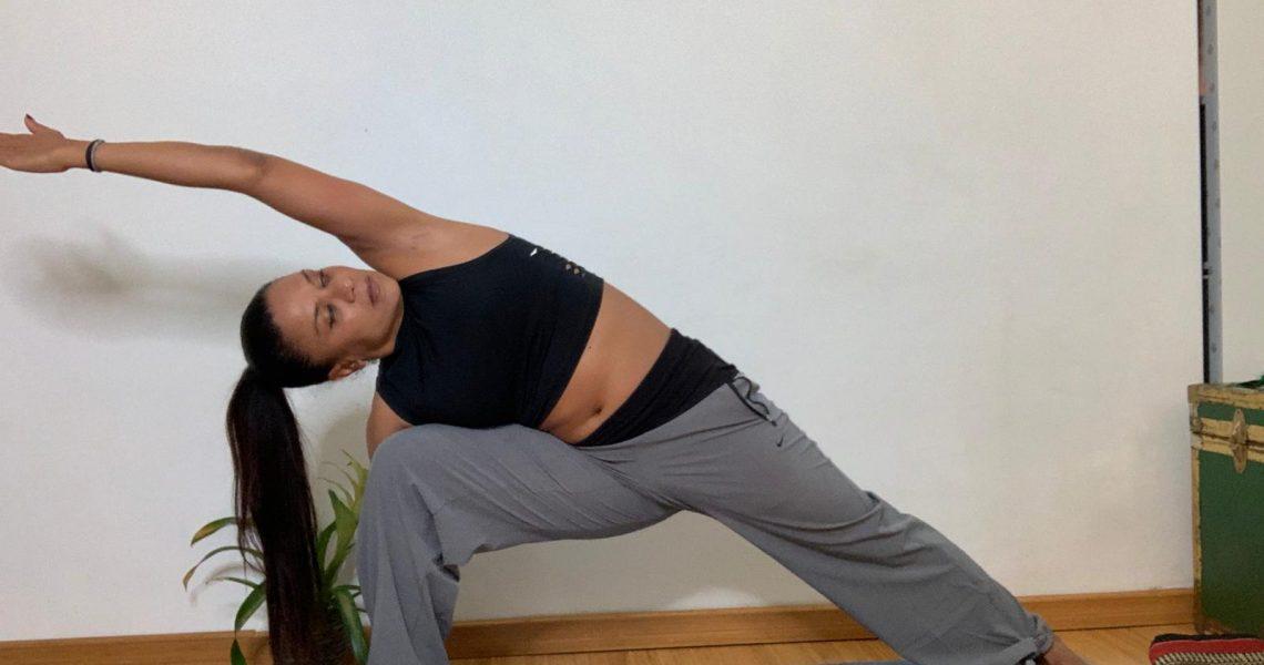 Anche se ci alleniamo dalla comodità delle nostre case, è importante fare attenzione ai dettagli, per muoverci senza restrizioni, sentirci sempre a nostro agio e massimizzare l'esperienza yogica.  Mi […]